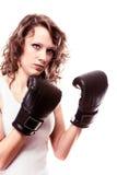 De vrouw van de sportbokser in zwarte handschoenen. Geschiktheidsmeisje opleidingsschop het in dozen doen. Stock Fotografie