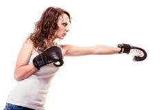 De vrouw van de sportbokser in zwarte handschoenen. Geschiktheidsmeisje opleidingsschop het in dozen doen. Stock Afbeelding