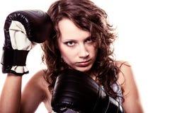 De vrouw van de sportbokser in zwarte handschoenen. Geschiktheidsmeisje opleidingsschop het in dozen doen. Stock Foto