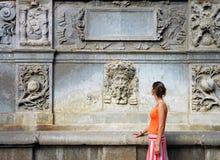 De vrouw van de toerist in sinaasappel royalty-vrije stock afbeeldingen