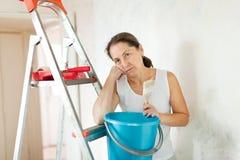 De vrouw van de uitputting maakt thuis reparaties royalty-vrije stock foto's