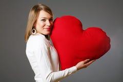 De vrouw van de valentijnskaart met hart Stock Foto