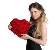 De vrouw van de valentijnskaartendag met groot bloemhart royalty-vrije stock afbeelding