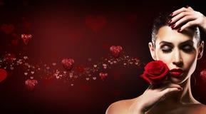 De Vrouw van de valentijnskaartendag rood houden nam toe stock afbeelding