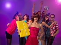 De vrouw van de verjaardag bij kleurrijke partij Stock Foto