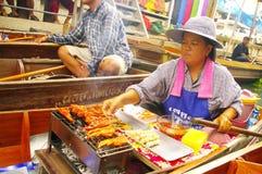 De vrouw van de verkoper bij de het drijven markt stock fotografie