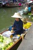 De vrouw van de verkoper bij de het drijven markt royalty-vrije stock fotografie