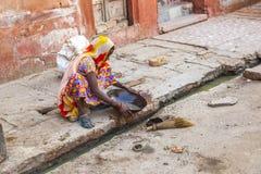 De vrouw van de vierde kaste maakt het riool in Bikaner, India schoon Royalty-vrije Stock Afbeeldingen