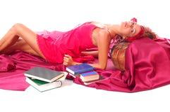 De vrouw van de vrije tijd met boeken Royalty-vrije Stock Afbeeldingen