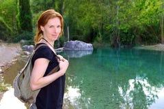 De vrouw van de wandelaar het glimlachen de riviermeer van de rugzakaard Royalty-vrije Stock Foto's