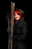 De vrouw van de winter met oude skis Royalty-vrije Stock Foto's