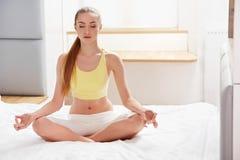 De vrouw van de yoga Jonge Dame Practicing Morning Meditation royalty-vrije stock afbeelding