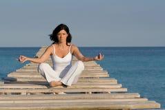 De vrouw van de yoga op de zomervakantie stock foto