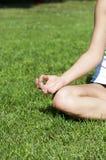 De vrouw van de yoga op groen gras Stock Foto's
