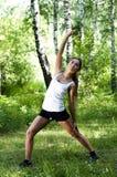 De vrouw van de yoga op groen gras Royalty-vrije Stock Afbeelding