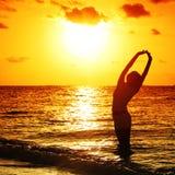De vrouw van de zonsondergang Stock Foto's