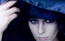 De Vrouw van Goth onder Zwarte Sjaal Stock Afbeeldingen