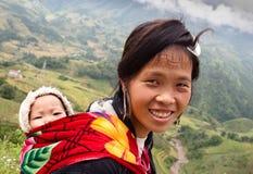 De vrouw van H'mong met klein kind Stock Fotografie