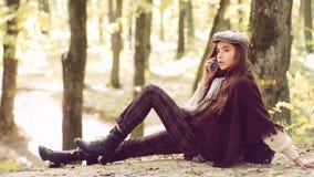 De vrouw van de herfst Mooie vrouw die in het bos op een dalingsdag loopt Schitterend donkerbruin modelmeisje die Overweldigende  stock videobeelden
