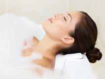 De vrouw van het bad het ontspannende baden Stock Afbeeldingen