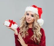 De vrouw van het Beautyfulblonde met de doos van de Kerstmisgift stock afbeeldingen