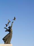 De vrouw van het beeldhouwwerk met duiven Stock Foto