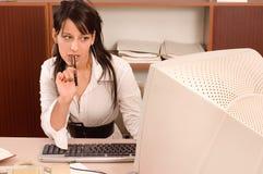 De vrouw van het bureau op kantoor Stock Foto