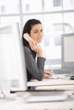 De vrouw van het bureau op telefoon Stock Fotografie