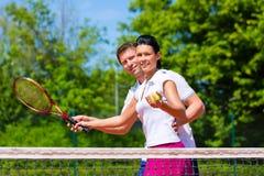De vrouw van het de leraarsonderwijs van de tennissport om te spelen Royalty-vrije Stock Foto