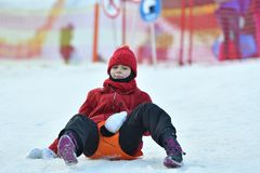 De vrouw van het familiemeisje het sledding op de sneeuw van de de winterheuvel stock afbeelding
