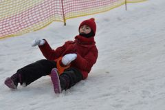 De vrouw van het familiemeisje het sledding op de sneeuw van de de winterheuvel royalty-vrije stock fotografie