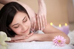 De Vrouw van het kuuroord Close-up van een Beautiful Woman Getting Spa Behandeling massage Stock Fotografie