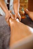 De Vrouw van het kuuroord De voet van de vrouw in het water De Massagetherapie van de benenolie De zorg van de huid stock afbeeldingen