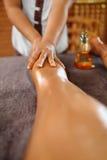 De Vrouw van het kuuroord De voet van de vrouw in het water De Massagetherapie van de benenolie De zorg van de huid royalty-vrije stock foto's