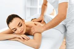 De Vrouw van het kuuroord Massageprocedure in Beauty Spa Salon De voet van de vrouw in het water stock fotografie