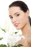 De vrouw van het kuuroord met leliebloem royalty-vrije stock afbeelding