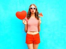 De vrouw van het manierportret houdt een rood de vorm en de plakwatermeloenroomijs van het ballonhart Stock Fotografie