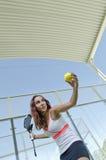 De vrouw van het peddeltennis klaar voor dient Stock Foto