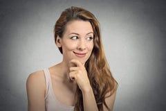 De vrouw van het portret het mooie gelukkige meisje denken Stock Foto's