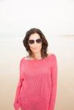 De vrouw van het portret in rood bij strand Royalty-vrije Stock Afbeeldingen