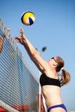 De vrouw van het strandvolleyball het blokkeren Blok bij het net Stock Afbeeldingen