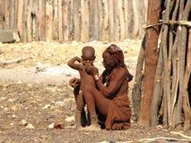 De vrouw van Himba met een kleine jongen Stock Afbeelding