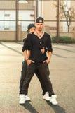 De vrouw van de hiphopdanser in modieuze zwarte kleding met ketting stock foto's