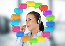 De Vrouw van de klantendienst op hoofdtelefoon met glanzende praatjebellen Royalty-vrije Stock Foto