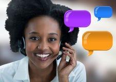 De Vrouw van de klantendienst op hoofdtelefoon met glanzende praatjebellen Stock Afbeelding