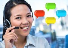 De Vrouw van de klantendienst op hoofdtelefoon met glanzende praatjebellen Stock Afbeeldingen