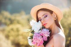 De vrouw van de lente De lente en vakantie Natuurlijke schoonheid en kuuroordtherapie gezicht en skincare reis in de zomer Vrouw  stock foto