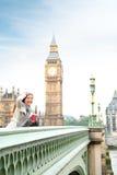 De vrouw van Londen gelukkig door Big Ben Royalty-vrije Stock Foto's