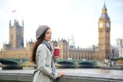 De vrouw van Londen het drinken koffie door de Brug van Westminster Stock Foto