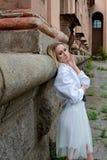 De vrouw van de manierblik Jong vrouwen modern portret De jonge vrouw kleedde zich in het witte rok en overhemds stellen dichtbij royalty-vrije stock foto